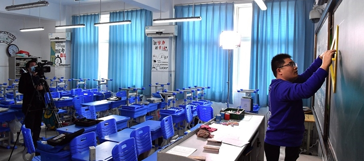 Zhao Chuanliang, profesor de Física, da un curso en línea a sus alumnos de la escuela experimental Henan, en Zhengzhou, provincia de Henan, domingo.. © LI JIANAN/XINHUA